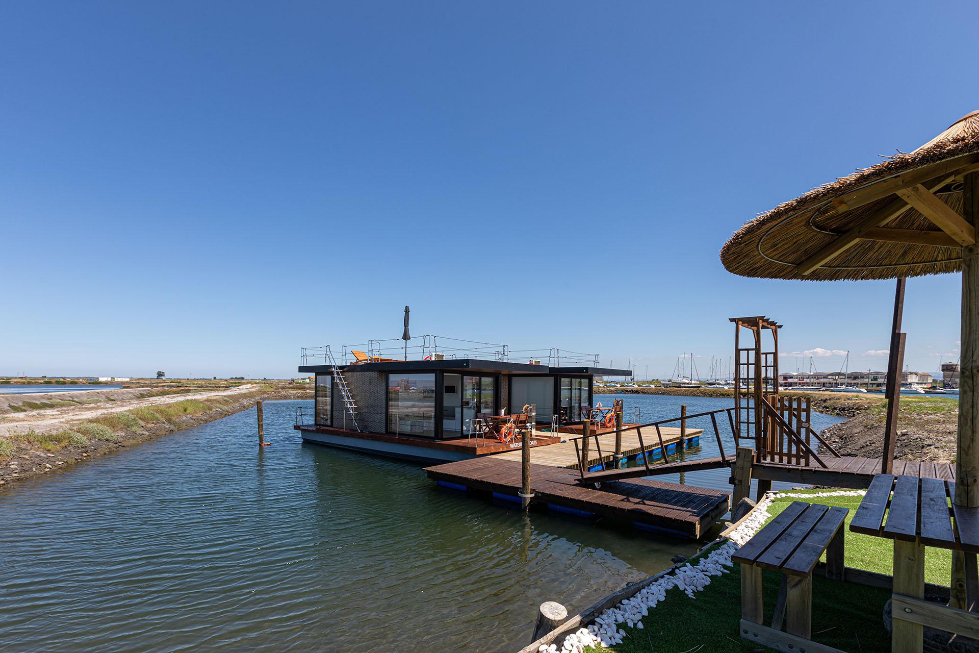 Casas-barco na propriedade da Ostraveiro